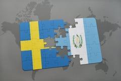 förbrylla med nationsflaggan av Sverige och Guatemala på en världskartabakgrund Arkivbilder
