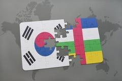 förbrylla med nationsflaggan av Sydkorean och Centralafrikanska republiken på en världskartabakgrund Arkivbilder