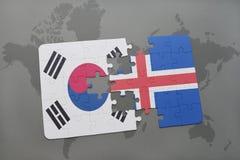 förbrylla med nationsflaggan av Sydkorean och Island på en världskartabakgrund Arkivfoton