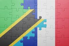 förbrylla med nationsflaggan av Tanzania och Frankrike Arkivbilder