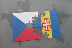 förbrylla med nationsflaggan av Tjeckien och madeira på en världskartabakgrund Arkivbild