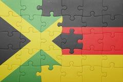 Förbrylla med nationsflaggan av Tyskland och Jamaica Arkivfoto