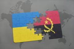 förbrylla med nationsflaggan av Ukraina och Angola på en världskarta Arkivfoton