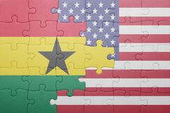 förbrylla med nationsflaggan av USA och Ghana arkivbild