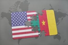 förbrylla med nationsflaggan av USA och Kamerun på en världskartabakgrund Royaltyfri Bild