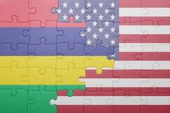 förbrylla med nationsflaggan av USA och Mauritius arkivfoto