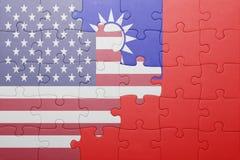 Förbrylla med nationsflaggan av USA och taiwan Fotografering för Bildbyråer