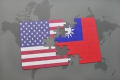 förbrylla med nationsflaggan av USA och taiwan på en världskartabakgrund royaltyfri fotografi