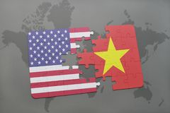 förbrylla med nationsflaggan av USA och Vietnam på en världskartabakgrund Arkivbild