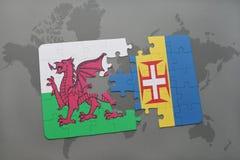 förbrylla med nationsflaggan av Wales och madeira på en världskartabakgrund Arkivbild