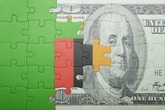 Förbrylla med nationsflaggan av zambia- och dollarsedeln Royaltyfria Foton