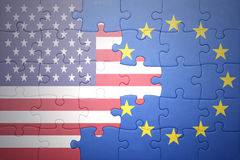 Förbrylla med nationsflaggorna av USA och europeisk union arkivbilder