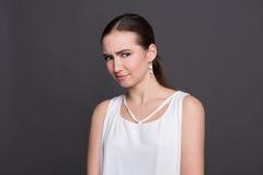 Förbryllad attraktiv flickastående fotografering för bildbyråer