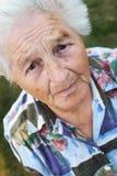 förbryllad pensionär Arkivbild