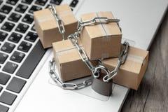 Förbud på köpet av gods i online-diversehandel Askar med godset slås in med kedjan och låsas Försening av jordlotten på arkivfoton
