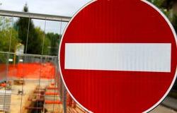 Förbud undertecknar in roadworks för lägga av underjordisk cabl Arkivbilder