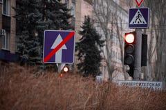 Förbudvägmärke nära trafikljusen som lokaliseras på kolonnen royaltyfri foto