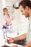 förbunden att göra hushållsarbetekök tillsammans Arkivbild