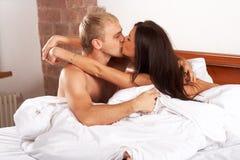 förbunden att kyssa Royaltyfri Foto