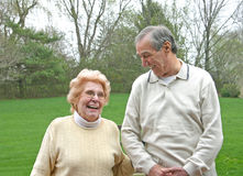 förbunden att skratta för åldring Royaltyfri Foto