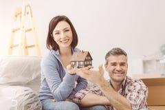 Förbunden byggande av deras hus arkivfoton