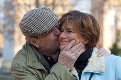 förbunden den kyssande pensionären Arkivfoto
