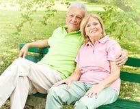 förbunden den lyckliga avkopplade pensionären Royaltyfria Foton