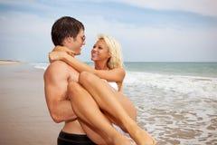 Förbunden förälskat på stranden royaltyfri fotografi