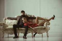 förbunden förälskelse Familjpar sexiga par av den skäggiga mannen och kvinnan på soffan par kopplar av hemma spendera trevlig tid Royaltyfri Fotografi