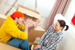 förbunden gyckel som har att flytta sig för hus som är nytt till barn Arkivfoton