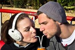 förbunden kan att dricka fruktsaft ut Fotografering för Bildbyråer