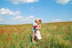 förbunden kyssande barn royaltyfri bild