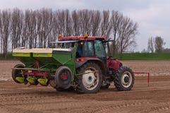 förbunden maskin som planterar potatisen till traktoren Royaltyfria Foton