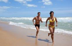 Förbunden running på en strand Royaltyfria Foton