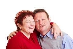 förbunden varje omfamna lycklig pensionär Arkivbild
