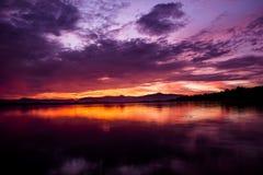 fördämning över soluppgång Arkivfoto