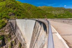 Fördämning av Contra Verzasca nära Locarno i Ticino, Schweiz Arkivfoto