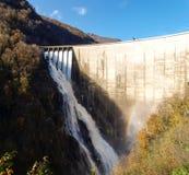 Fördämning av Contra Verzasca, spektakulära vattenfall Royaltyfria Bilder