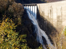 Fördämning av Contra Verzasca, spektakulära vattenfall Arkivfoto
