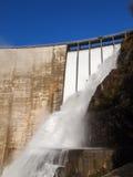 Fördämning av Contra Verzasca, spektakulära vattenfall Royaltyfri Fotografi