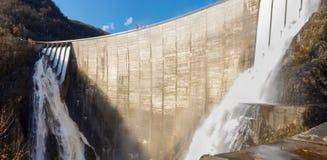 Fördämning av Contra Verzasca, spektakulära vattenfall Royaltyfri Bild