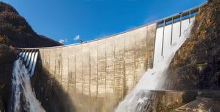 Fördämning av Contra Verzasca, spektakulära vattenfall Arkivfoton