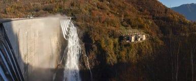 Fördämning av Contra Verzasca, spektakulära vattenfall Fotografering för Bildbyråer