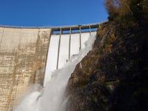 Fördämning av Contra Verzasca, spektakulära vattenfall Royaltyfri Foto