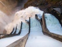 Fördämning av Contra Verzasca, spektakulära vattenfall från fördämningen Royaltyfria Bilder