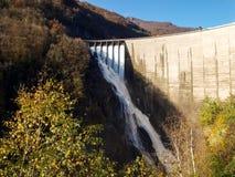 Fördämning av Contra Verzasca, spektakulära vattenfall från fördämningen Arkivbild