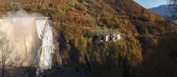Fördämning av Contra Verzasca, spektakulära vattenfall från fördämningen Arkivbilder