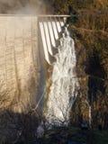 Fördämning av Contra Verzasca, spektakulära vattenfall från fördämningen Royaltyfri Bild