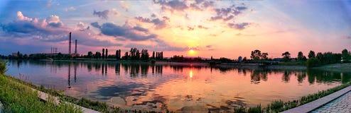 Fördämning av Kopaszi panorama på Danube River, Ungern Royaltyfria Bilder