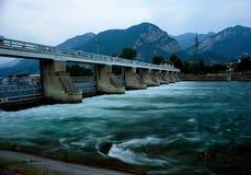 Fördämning av sjön Lecco! Arkivfoto